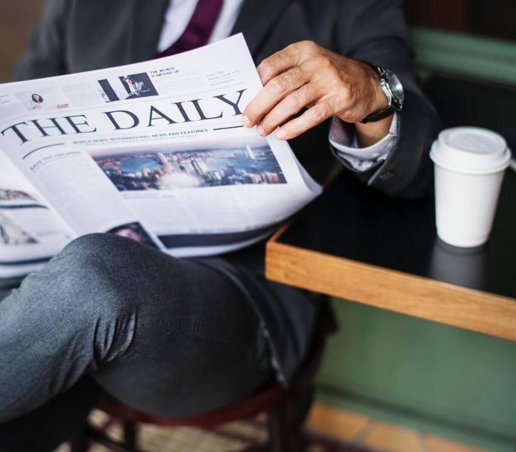 Geschäftsmann am Zeitung lesen